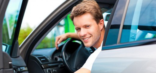 Mann in Auto an der Tankstelle