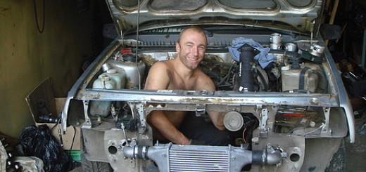 Как снять двигатель из машины в гараже своими руками?